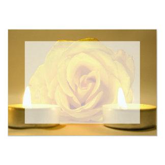"""dos velas color de rosa de flor amarilla brillante invitación 5"""" x 7"""""""