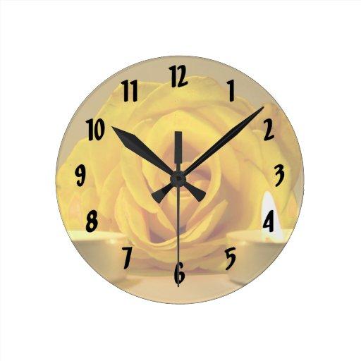 dos velas color de rosa de flor amarilla brillante relojes