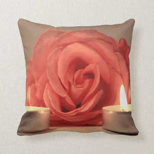 dos velas color de rosa de foto floral del rosa almohadas