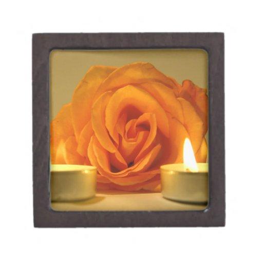 dos velas color de rosa de imagen floral amarillo- cajas de joyas de calidad