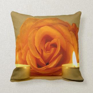 dos velas color de rosa de imagen floral amarillo- almohada