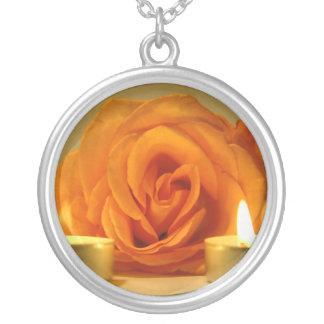 dos velas color de rosa de imagen floral amarillo- joyerias