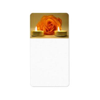 dos velas color de rosa de imagen floral amarillo- etiqueta de dirección