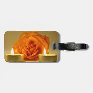 dos velas color de rosa de imagen floral amarillo- etiquetas de maletas