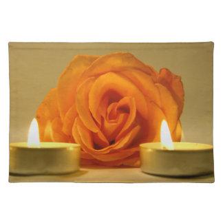 dos velas color de rosa de imagen floral amarillo- manteles individuales