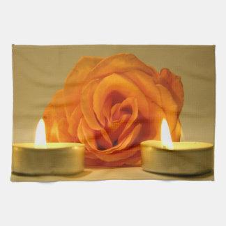 dos velas color de rosa de imagen floral amarillo- toallas