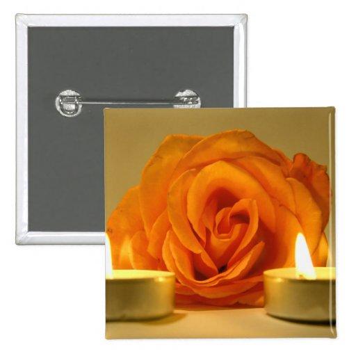 dos velas color de rosa de imagen floral amarillo- pin cuadrado