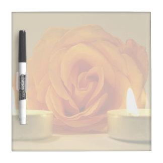 dos velas color de rosa de imagen floral amarillo- tablero blanco