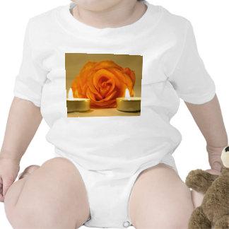dos velas color de rosa de imagen floral amarillo- traje de bebé