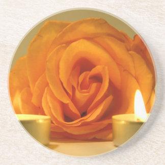 dos velas color de rosa de imagen floral amarillo- posavaso para bebida