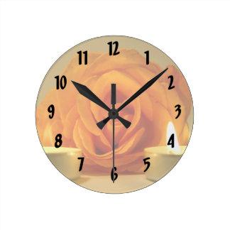 dos velas color de rosa de imagen floral amarillo- reloj