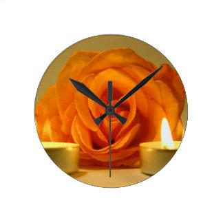 dos velas color de rosa de imagen floral amarillo- relojes