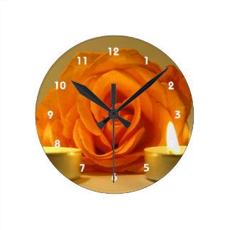 dos velas color de rosa de imagen floral amarillo- relojes de pared