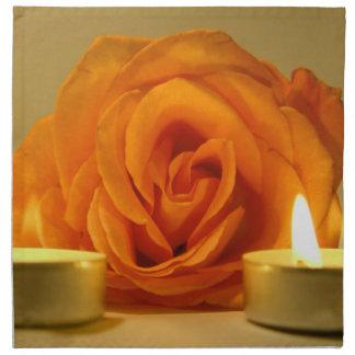 dos velas color de rosa de imagen floral amarillo- servilleta de papel