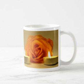 dos velas color de rosa de imagen floral amarillo- taza de café
