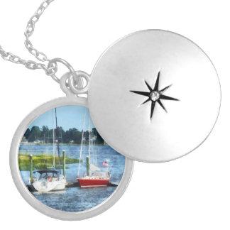 Dos veleros atracados Norwalk CT Collar Personalizado