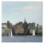 Dos veleros contra el horizonte de Manhattan Azulejos