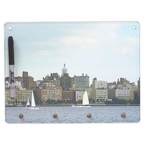 Dos veleros contra el horizonte de Manhattan Tableros Blancos