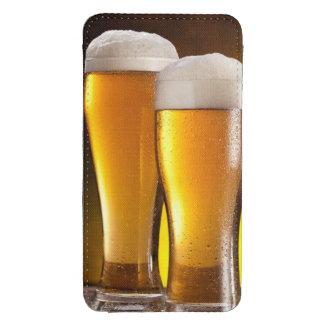 Dos vidrios de cervezas en una tabla de madera bolsillo para galaxy s4