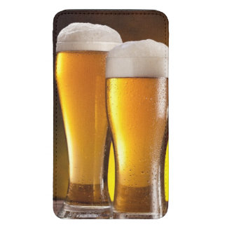 Dos vidrios de cervezas en una tabla de madera funda para galaxy s5