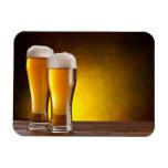 Dos vidrios de cervezas en una tabla de madera imán