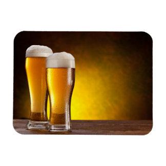 Dos vidrios de cervezas en una tabla de madera imanes flexibles