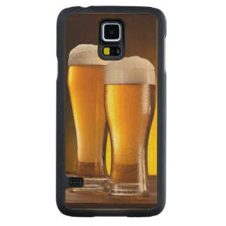Dos vidrios de cervezas en una tabla de madera funda de galaxy s5 slim arce