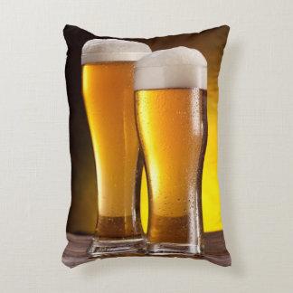 Dos vidrios de cervezas en una tabla de madera