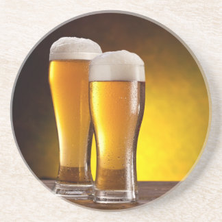 Dos vidrios de cervezas en una tabla de madera posavasos diseño