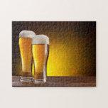 Dos vidrios de cervezas en una tabla de madera puzzle