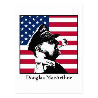 Douglas MacArthur y la bandera americana Postales