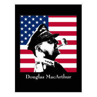 Douglas MacArthur y la bandera americana Tarjetas Postales