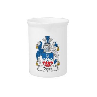 Douse el escudo de la familia jarras para bebida