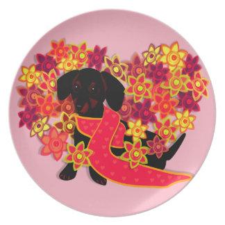 Doxie bonito en rosa plato