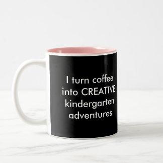 Doy vuelta al café en aventuras más buenas taza de café de dos colores