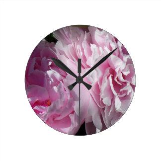 DPP rosado doble de los peonies Reloj Redondo Mediano