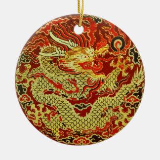 Dragón asiático de oro bordado en rojo oscuro adorno navideño redondo de cerámica
