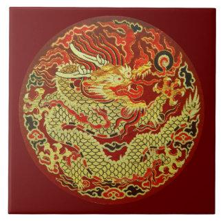 Dragón asiático de oro bordado en rojo oscuro azulejo cuadrado grande
