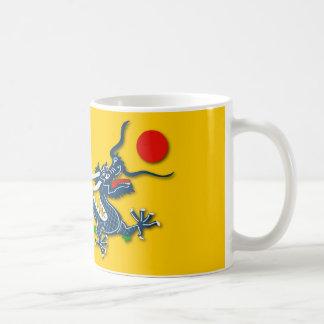 Dragón azul chino en bandera amarilla taza clásica