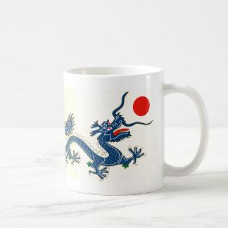 Dragón azul chino traslapado dos en blanco taza