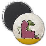 dragón barbudo en un sillón imán para frigorifico