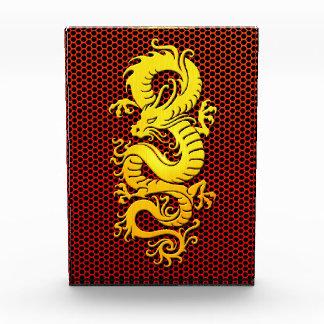 Dragón chino amarillo en la malla de acero
