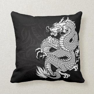 Dragón chino blanco y negro cojín decorativo