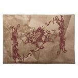 Dragón chino de la mitología, papel arrugado - roj