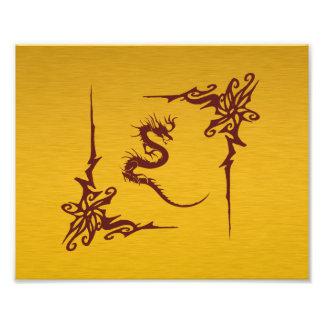 Dragón chino de la mitología, remolinos - oro rojo arte con fotos