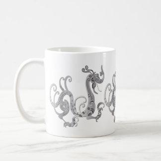 Dragón chino estilizado de la falsa plata taza básica blanca