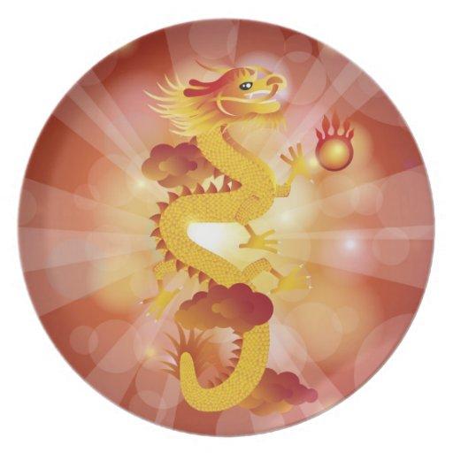 Dragón chino feliz con la placa de la bola de fueg plato de comida
