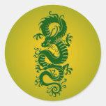 Dragón chino tribal verde y amarillo etiqueta redonda