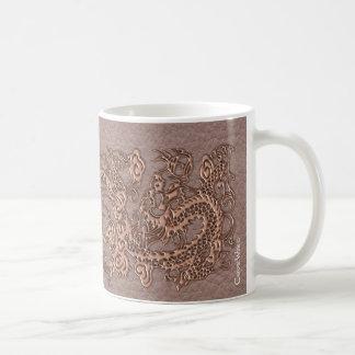Dragón color de rosa del oro en textura de cuero taza clásica