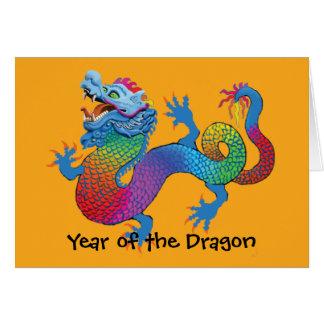 Dragón colorido en tarjeta china amarilla del Año